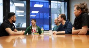 Vier Mitarbeiter von Lean Ocean beraten sich am Konferenztisch